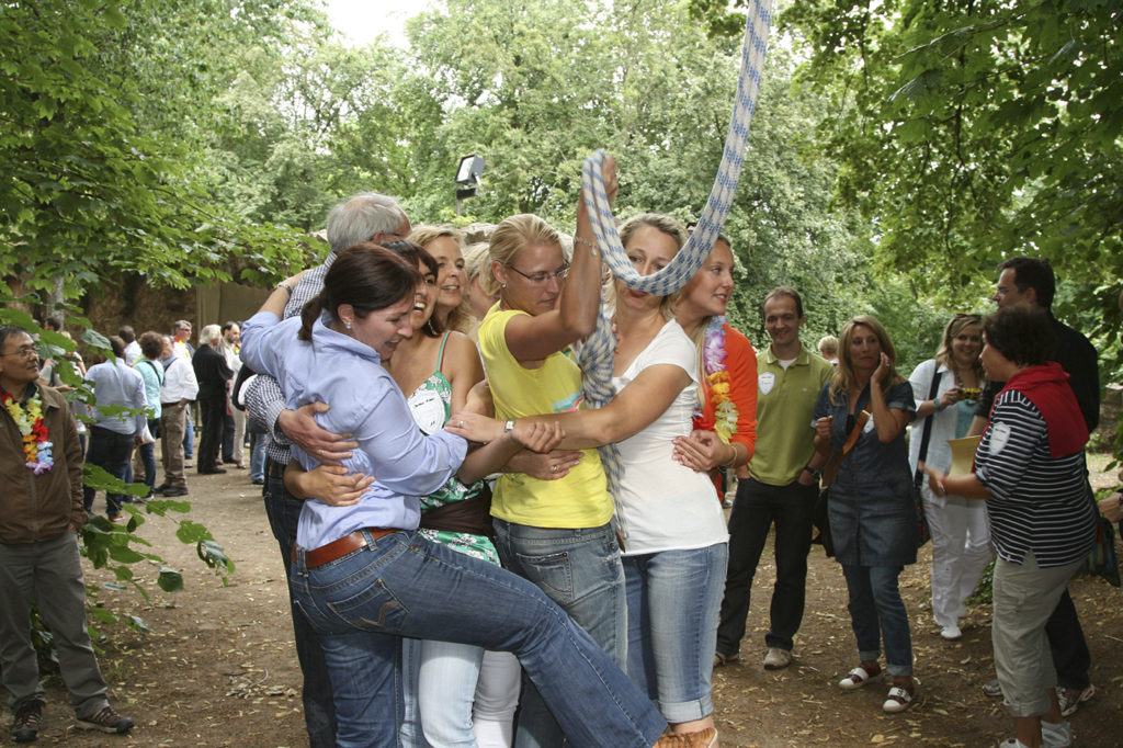 schloss-auerbach-teamspiele-outdoor-bogenschießen-armbrust-hufeisen-rahmfleck-blindlauf-segway-burggrabensprung